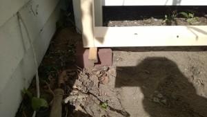 leveling the cat enclosure / catio frame using bricks